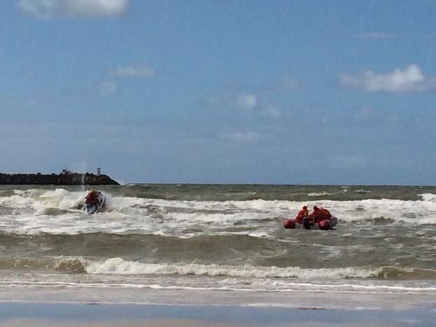 Equipes do Corpo de Bombeiros retomam buscas por adolescente que se afogou no domingo (Foto: Carolina Sanches/G1)