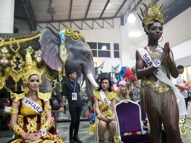 A brasileira Valesca Dominik Ferraz (direita) se prepara para desfilar com traje em homenagem ao Brasil no Miss International Queen 2015, em Pattaya, na Tailândia, na sexta (6) (Foto: Reuters/Athit Perawongmetha)