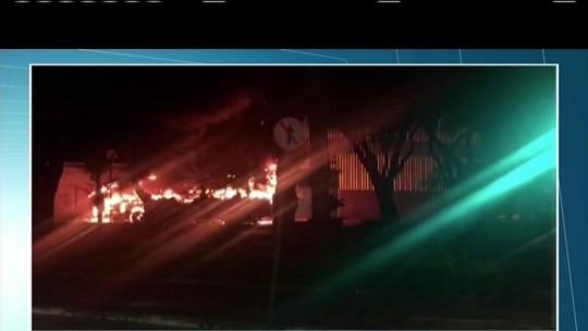 Ônibus que transportava estudantes pega fogo em Ipatinga, MG