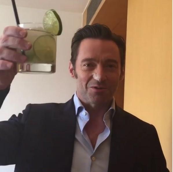 O ator Hugh Jackman com um copo de caipirinha na mão (Foto: Instagram)