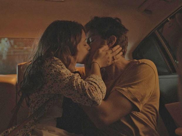Rafael e Laís se beijam apaixonadamente (Foto: TV Globo)