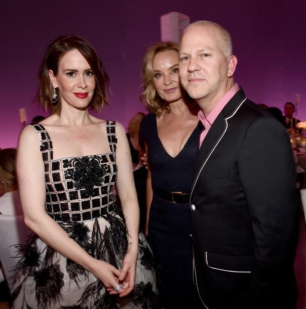 Ryan Murphy com Sarah Paulson e Jessica Lange, parte do elenco do seriado (Foto: Getty Images)