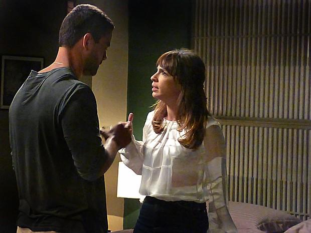 Danielle cobra explicações de Maurílio (Foto: Tatiana Helich/ Gshow)