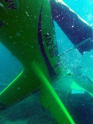 Destroços do avião foram encontrados a três quilômetros da costa (Foto: Robson Oliveira/Empresa Submerso Esportes Aquáticos)