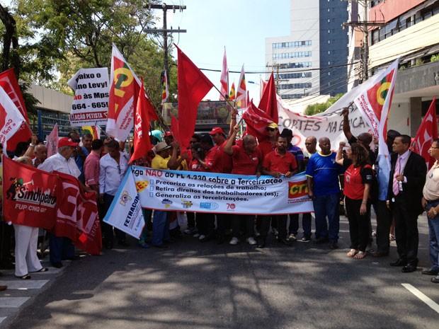 Após volta no quarteirão do bairro, manifestantes se concentram novamente em frente à FIEB (Foto: Ruan Melo/G1)