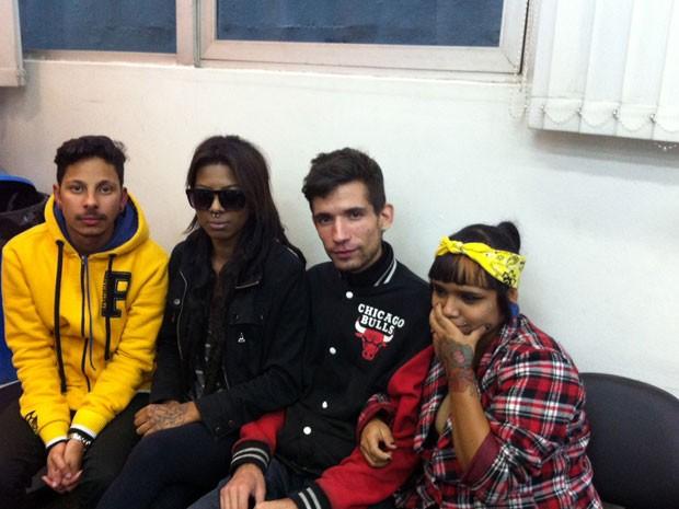 Os amigos Manasses Silva, Jéssica Barros, Ricardo Romero e Larissa Filadélfia (dona do celular) (Foto: Letícia Macedo/G1)