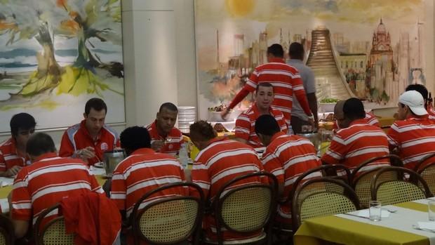 Jogadores do Náutico almoçando em Porto Alegre (Foto: Lula Moraes/Globoesporte.com)