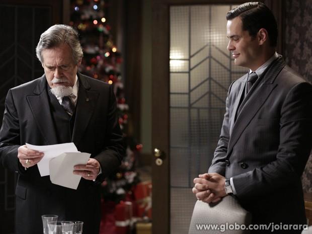 Manfred entrega carta-testemundo de Salvador a Ernest (Foto: Fábio Rocha/TV Globo)