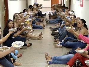 Professores ocupam prédio da Secretaria de Administração do Estado (Foto: Reprodução/TV Anhanguera)