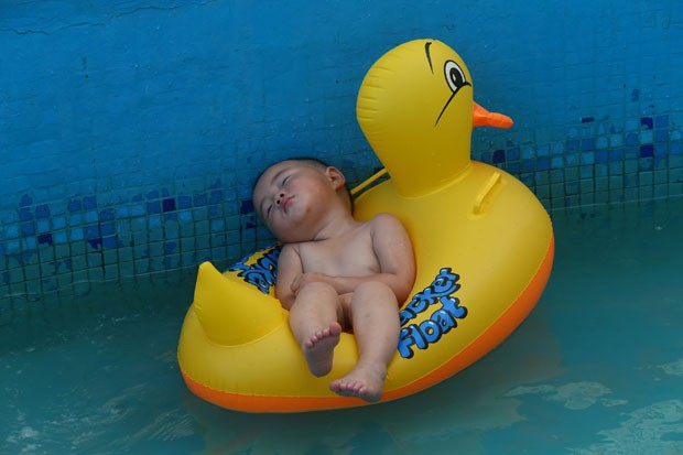 G1 beb cai no sono em pato infl vel em piscina na china for Clases de piscina para bebes