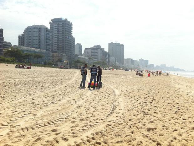 Fiscais estão trabalhando nas praias para proibir o comércio irregular do Flamengo ao Pontal  (Foto: Renata Soares/G1)