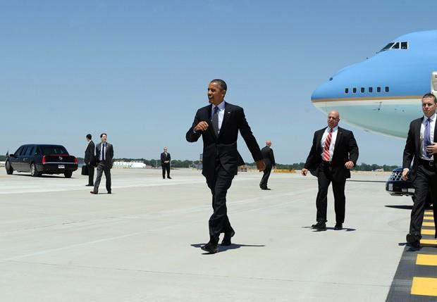 O presidente dos EUA, Barack Obama, desembarca em aeroporto de Cleveland, Ohio, nesta quinta (14) (Foto: Jewel Samad / AFP)