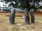 Vândalo furta dois dedos de escultura de bronze na Praça Universitária