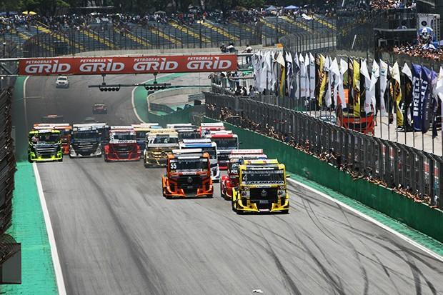 Largada corrida 1 com Giaffone na pole puxando o pelotão de Trucks A (Foto: Andre Santos/TimeSport)