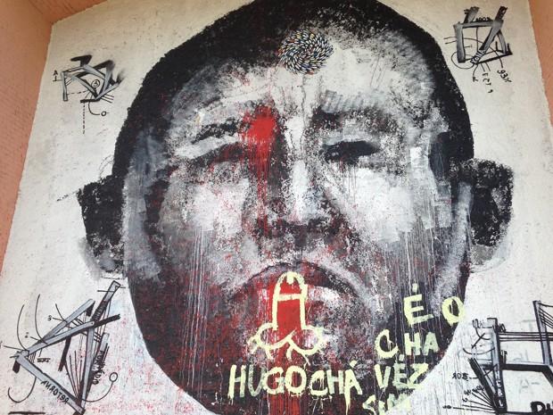 Grafite com suposto rosto do presidente venezuelano Hugo Chávez amanhece pichado  (Foto: Cíntia Acayaba/G1)