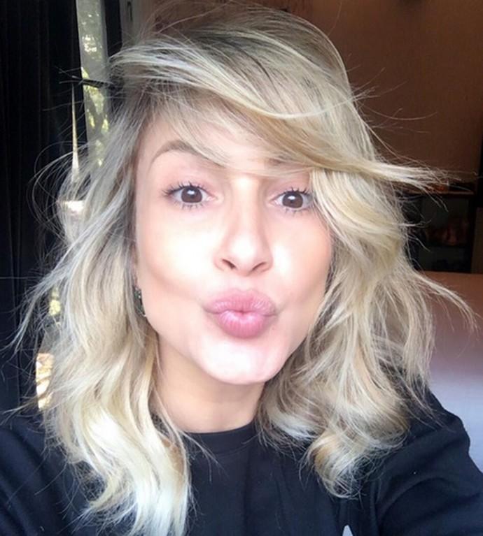 Claudia Leitte adota cabelo mais claro e repicado (Foto: Reprodução)