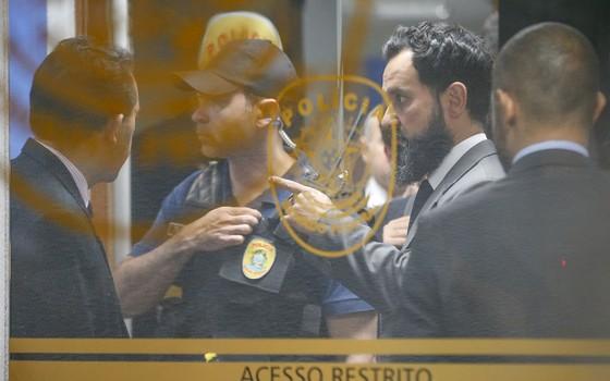 Policiais federais apreendem equipamento no Senado.A operação Métis desencadeou a ira de Renan contra o juiz (Foto: Pedro Ladeira/Folhapress)