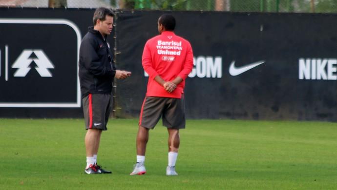 Argel tem conversa reservada com Anderson (Foto: Diego Guichard)