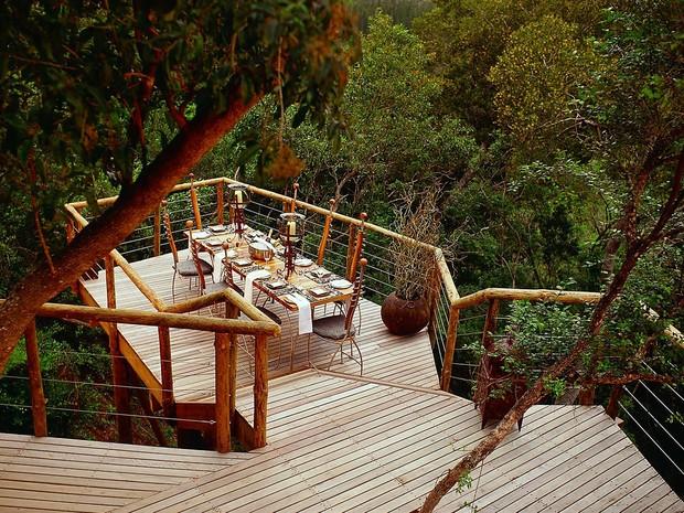 Varanda de uma das casas na árvore do hotel Tsala Treetop Lodge, na África do Sul (Foto: Divulgação/Tsala Treetop Lodge)