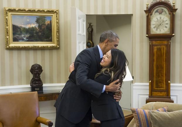 Presidente Barack Obama abraça Nina Pham, declarada livre do ebola nesta sexta-feira (24), na Casa Branca (Foto: AFP Photo/Saul Loeb)