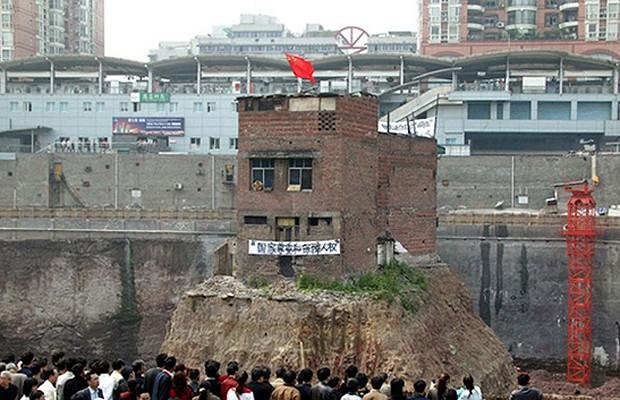 Família de Chongqing não abandonou sua casa por dois anos, no local da construção de um shopping. Ela virou exemplo de resistência e ganhou reconhecimento internacional (Foto: Reprodução/Hypeness)