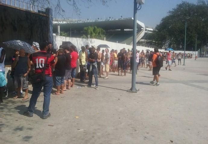 Fila de ingressos - Flamengo x Vasco (Foto: João da Mata)