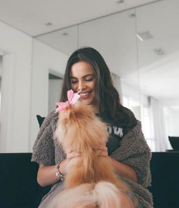 Mayla Araújo posa com pet e é comparada com Bruna Marquezine