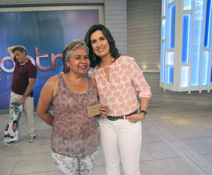 Convidada posa toda sorridente ao lado da Fátima  (Foto: Viviane Figueiredo Neto/Gshow)