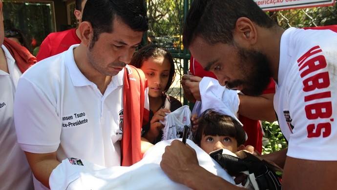 Alvaro Pereira deu autógrafo aos membros da comitiva  (Foto: Luiz Alexandre/Arquivo pessoal)
