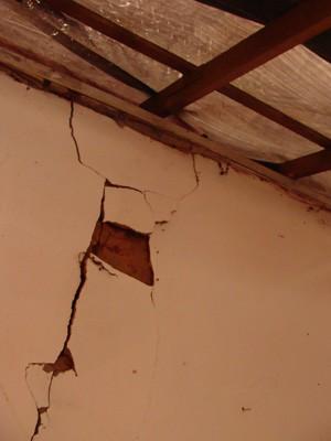 Rachadura na antiga casa de Domingos, condenada após abalos (Foto: Michelly Oda/G1)