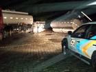 Caminhão com produtos químicos tomba em SC; Fatma avalia danos
