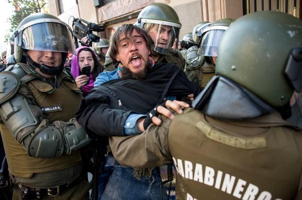 Estudantes chilenos protestaram mesmo com envio de lei ao Congresso (Foto: Martin Bernetti/AFP)