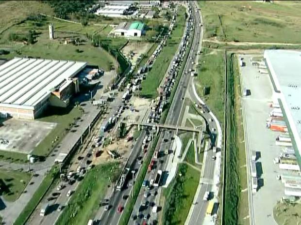 Por causa do desastre, trânsito ficou complicado nos dois sentidos da Avenida Brasil (Foto: Reprodução/TV Globo)
