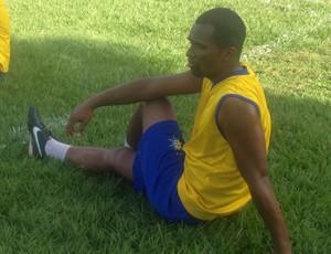O meia Rubens, autor dos gols de bolas paradas faz alongamento no CT do Palmas (Foto: Camila Rodrigues/GloboEsporte.com)
