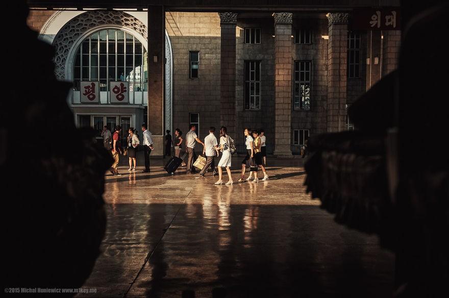 """""""Quando cheguei na estação ferroviária, tive a impressão de que a movimentação era ensaiada. Comprovei ao saber que nenhum trem chegaria ali a não ser o que nos deixou lá"""", conta o fotógrafo (Foto: Michal Huniewicz)"""