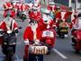 Fãs de Vespa fazem passeio vestidos de Papai Noel na Suíça