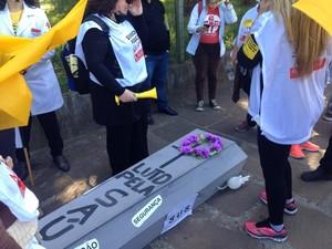 Servidores usaram caixão de papelão para protestar em Porto Alegre (Foto: Maria Polo/G1)