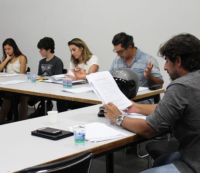 Elenco participa de leitura com o diretor geral, Adriano Melo (Foto: Letícia Souza/Gshow)