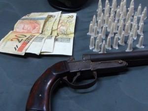 PM encontrou droga, arma e dinheiro com adolescente em Porto Ferreira (Foto: Osni Martins)