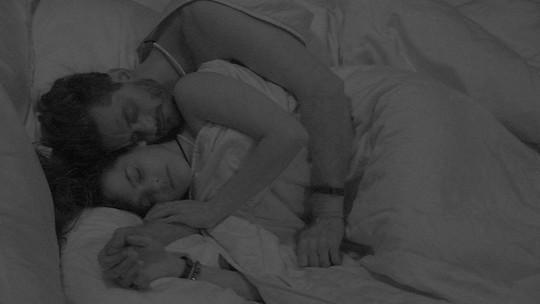 Marcos sussurra 'te amo' para Emilly e ainda diz: 'Louco por você'
