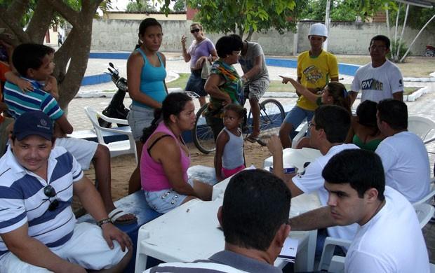 Moradores do bairro São Geraldo, em Ceará-Mirim (Foto: Jocaff Souza/G1)
