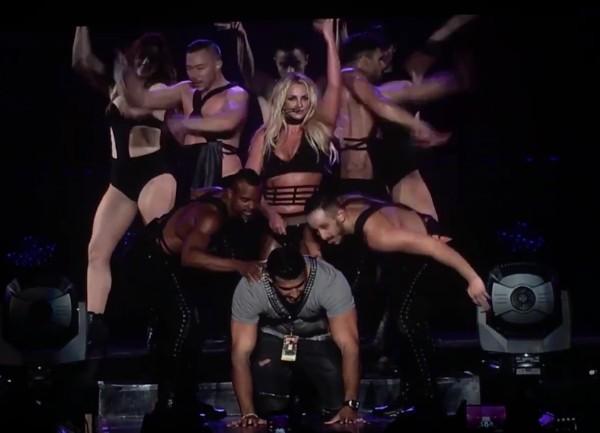 A cantora Britney Spears faz o namorado de escravo sexual em show em Taiwan (Foto: Reprodução)