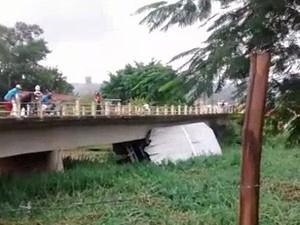 Balsa tomba no rio em Potim. (Foto: Reprodução/Vanguarda Repórter)