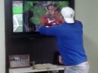 Vídeo flagra momento em que Rafael quebra TV (Foto: Reprodução Youtube)