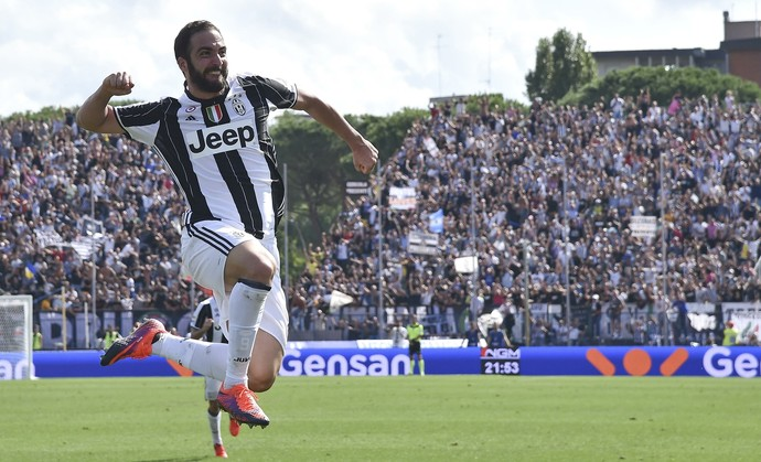 Higuaín comemora gol do Juventus (Foto: REUTERS / Alberto Lingria )