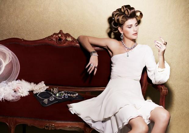 Combine anel de noivado e esmalte (Foto: J.R. Duran/Arquivo Vogue)