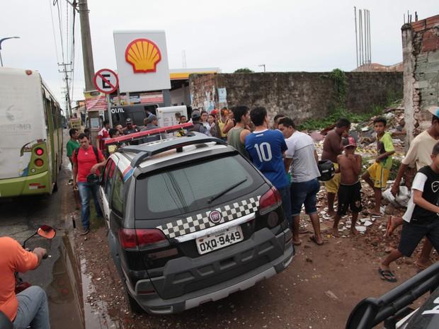 O corpo de morador de rua foi encontrado por moradores da região. (Foto: Flora Dolores/O Estado)