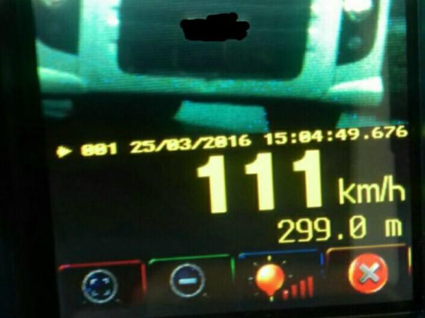 No mesmo trecho, policiais rodoviários federais flagraram um caminhão a 111 km/h; motoristas receberão as notificações em casa (Foto: PRF / Divulgação)