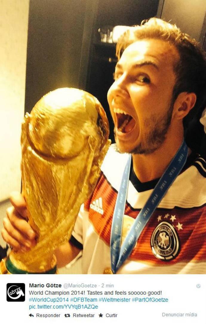 """Götze """"dá mordida"""" na taça da Fifa (Foto: Reprodução)"""