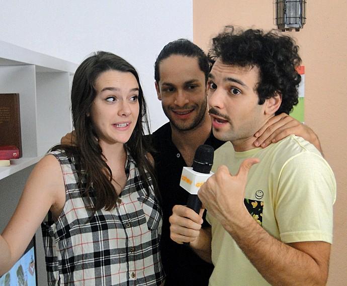 Rainer Cadete e Mariana Molina se divertem em gravação com Raphael Ghanem (Foto: Fabio Rosso/ Gshow)
